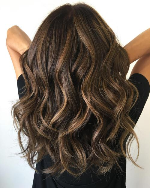 Image of perfectly layered brunette curls [19659023] Simply gorgeous long layered haircut