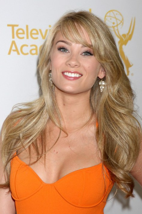 Blonde Layered Hair with Pony [19659004] Casual Waves with Center Parted Pony