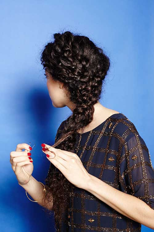 Lateral braided curly hairstyles for girls