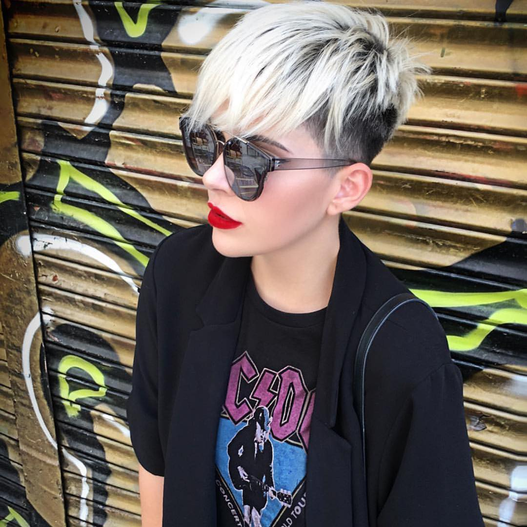 """Short Straight Hairstyle - Short Haircuts for Women and Girls [19659012] Credit </ figcaption> </ figure></p> <p> If you're looking for a look with a lot of visual appeal, try a two-tone, black and blond pixie cut.  In the buzzing back and sides there is a young atmosphere, which is graduated to the """" fade finish you can vary the style with a quiff or long casual fringe. this skirt-chick cut is modern classic from pointed layers of crown to contrast between black roots and platinum blonde. but why not make it even edgier gray an ash-colored top p></p> <h2> Stunning white blonde pixie hairstyle for all ages  h2></p> <figure id="""